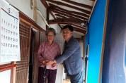 홍동면 지역사회보장협의체, 어르신에 지팡이 전달